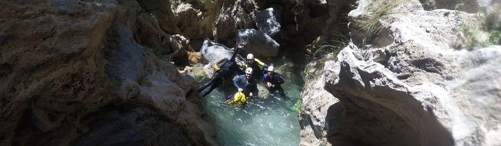 Fotografía de un grupo de 4 personas en un barranco después de haberse tirado al agua