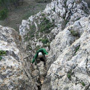 Una persona asciende a través de una vía ferrata en Archidona