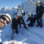 Un grupo de personas realizando una subida a la sierra en invierno
