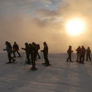 Un grupo de personas al atardecer en la sierra