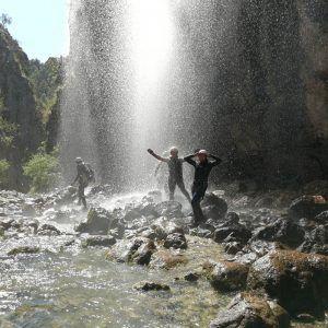 Un grupo de personas realizando el descenso del barranco de la bolera