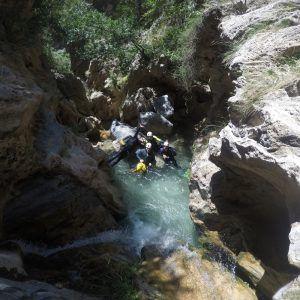 Un grupo de personas en el descenso del barranco de Lentejí