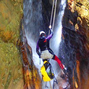 Una persona descendiendo el barranco de Paterna