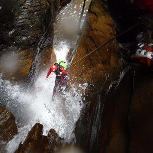 Una persona realizando el descenso del barranco de Paterna