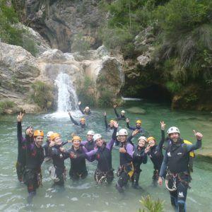 Un grupo de personas realizando el descenso del río verde inferior