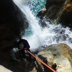 Una persona realizando el descenso del río verde superior