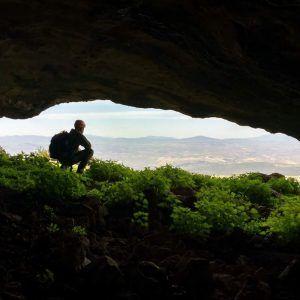 Una persona admirando las vistas desde la Cueva del agua