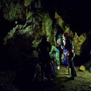 Un grupo de personas dentro de la Cueva pagarecio