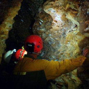 Varias personas en la Cueva del tesoro