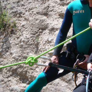 Una persona aprendiendo cómo atar su arnés en condiciones de peligro