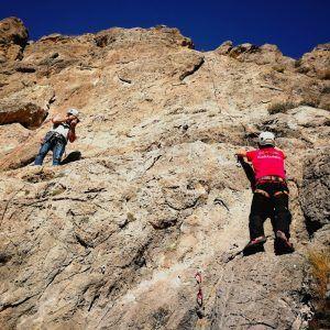 Una persona en un curso de escalada realizado por Mountain Spirit