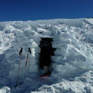 Grupo escolar en un iglú en el Día del esquimal de Mountain Spirit