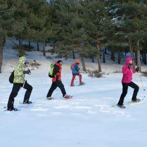 Un grupo de personas haciendo una ruta con raquetas