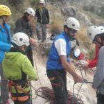 Un grupo de personas preparando su equipo para realizar escalada