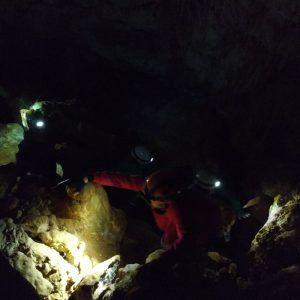 Grupo de personas realizando una incursión en una cueva