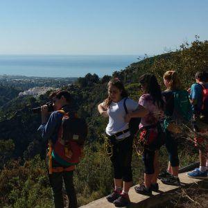 Un grupo escolar realizando una excursión con actividades en Frigiliana