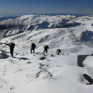 Varias personas ascienden hacia la cima del Veleta