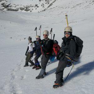 Grupo de personas en plena ascensión al Veleta