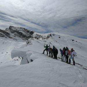 """Un grupo de personas realizando la actividad """"Montañas a la carta"""" de Mountain Spirit"""