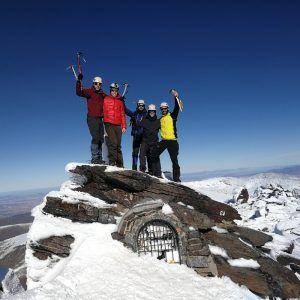 Un grupo de personas en la cima del pico Mulhacén