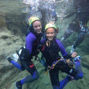 Dos niñas de un grupo escolar en el Río Verde