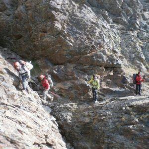 Varias personas realizando una travesía en la montaña