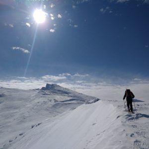 Una persona llegando a la cima del pico Veleta